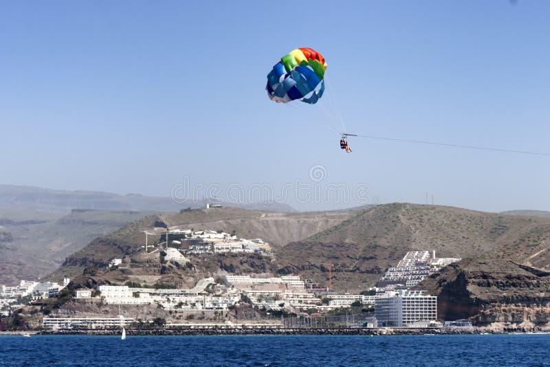 Parasailing i Gran Canaria med vulkaniskt landskap i bakgrund arkivbilder