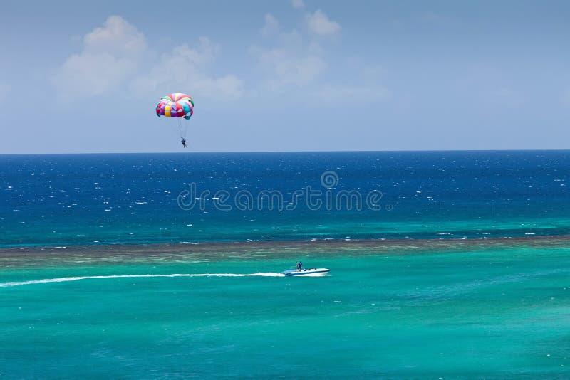 Parasailing i Jamaica arkivbild