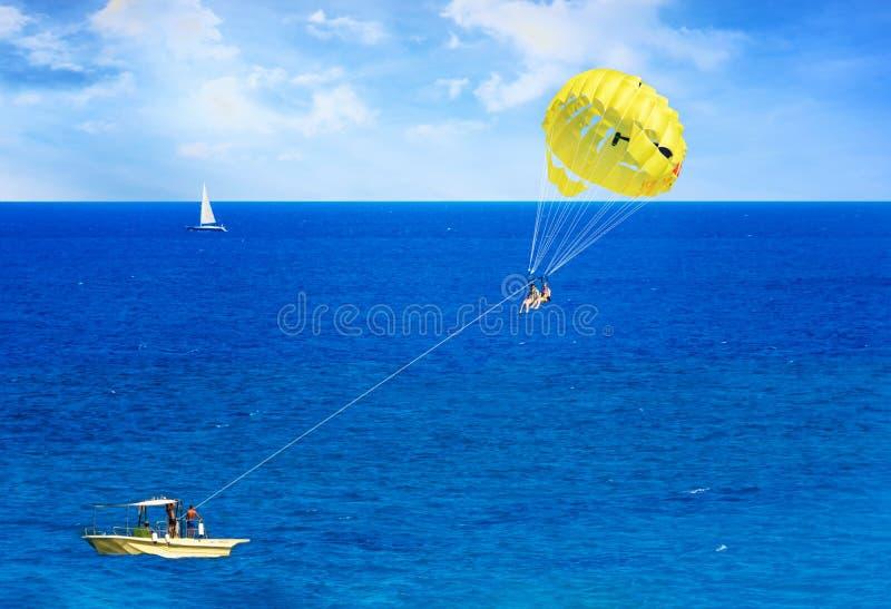 Parasailing im Ägäischen Meer in der Stadt von Rhodes Rhodes, Griechenland stockfoto
