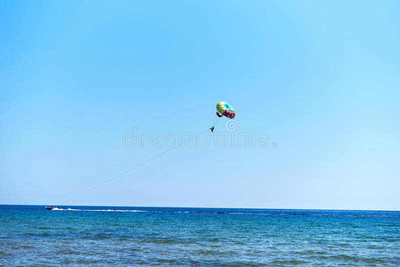 Parasailing an Issos-Strand in Korfu, Griechenland stockfotografie
