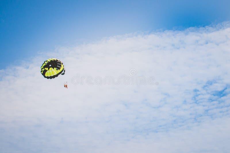 Parasailing ludzie spadochronowi w niebie zdjęcie royalty free