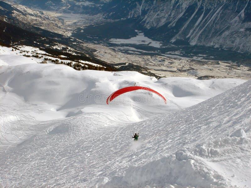 Parasailing in montagne svizzere delle alpi fotografia stock libera da diritti