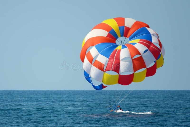 Parasailing na morzu, nieudana próba zdjęcie stock