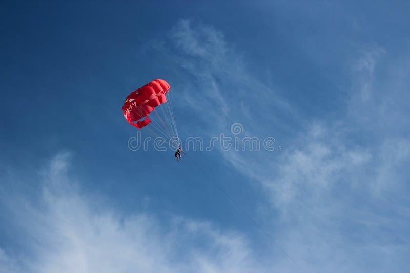 Parasailing nel cielo immagini stock libere da diritti