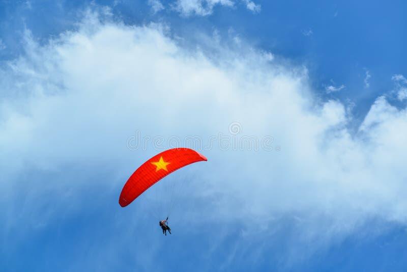 Parasailing och blå himmel på det Khau Pha passerandet och den Lim Mong bergbyn av det etniska folket av H-` Mong fotografering för bildbyråer