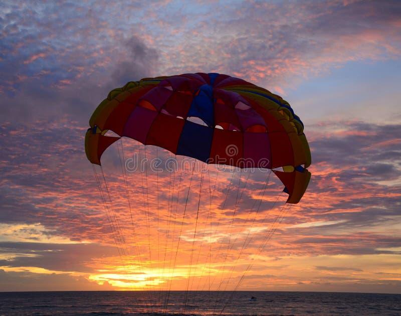Parasailing på solnedgången i Phuket, Thailand royaltyfria bilder