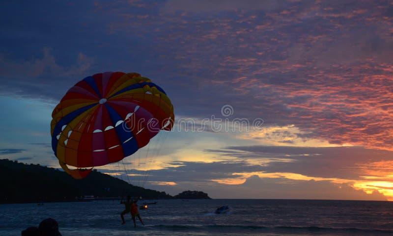 Parasailing på solnedgången i Phuket, Thailand royaltyfri foto