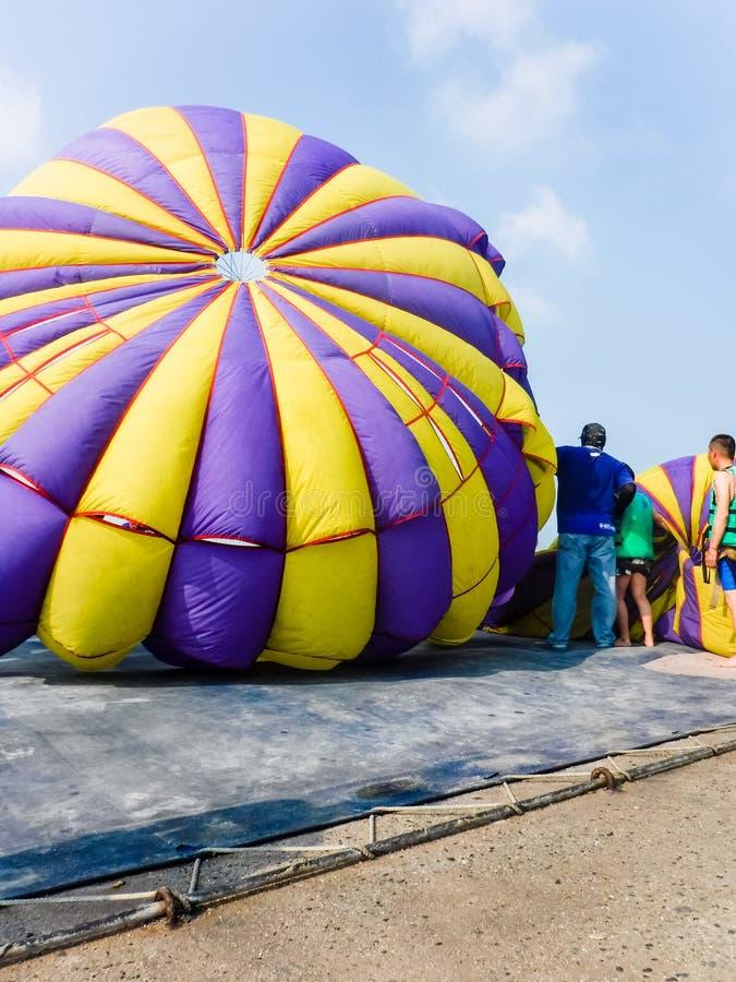 Parasailing, Paracaídas-mosca en Pattaya, Tailandia fotografía de archivo