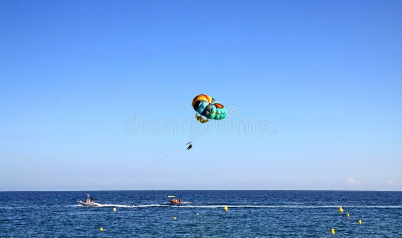 Download Parasailing - Patinando Com Um Paraquedas Atrás De Um Barco Foto Editorial - Imagem de esporte, céu: 80102491