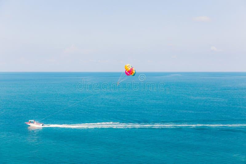 Parasailing przy Chaweng plażą w Samui, Tajlandia krańcowym sporcie - obrazy royalty free