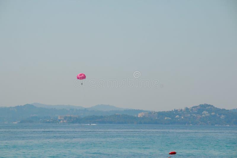 Parasailing przy plażą w Europa, krańcowy sport Turysty parasailing, popularna rozrywka dla wakacyjnych podróżników na morzu obraz stock