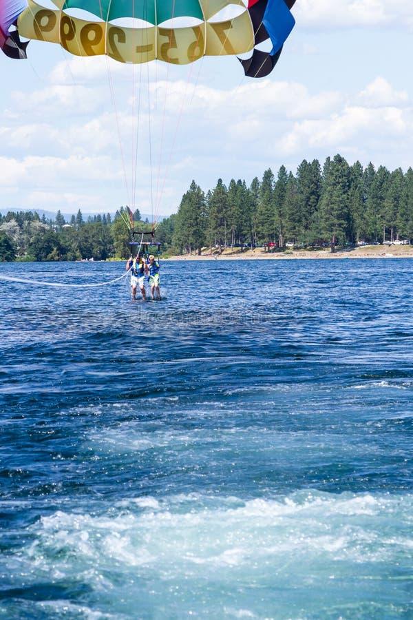 Parasailing przygoda na jeziorze obraz stock