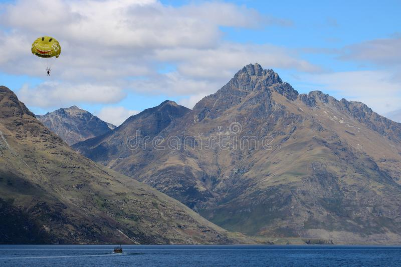 Parasailing, See Wakatipu Queenstown Neuseeland lizenzfreies stockbild