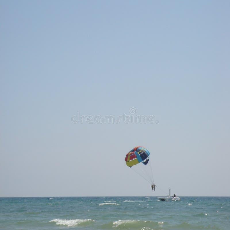 Parasailing sobre el mar imagen de archivo libre de regalías