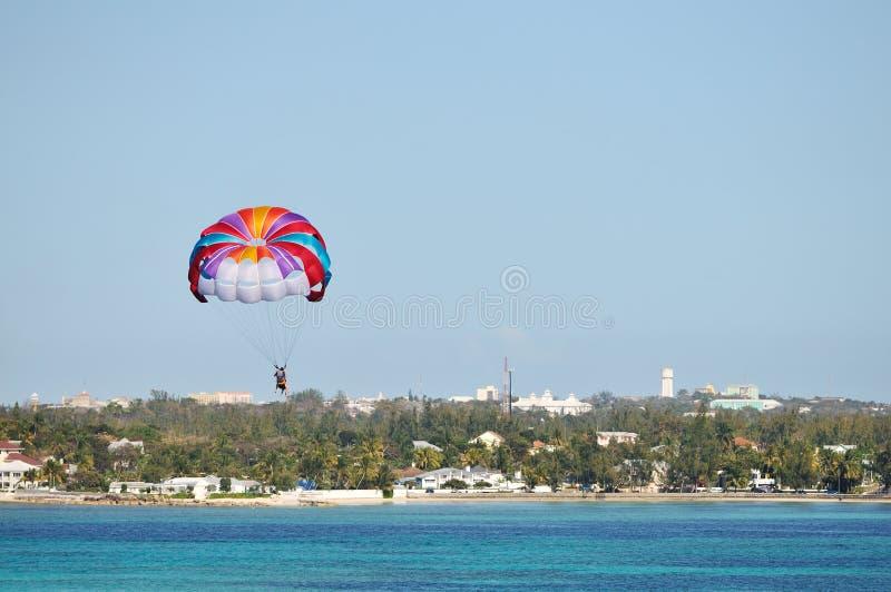 Download Parasailing Sobre O Mar Do Cararibe Foto de Stock - Imagem de céu, barco: 12800058