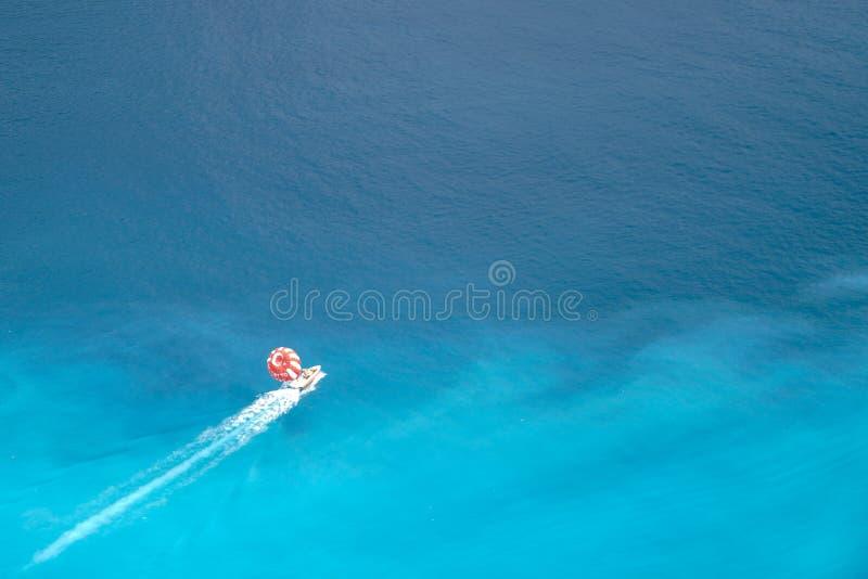 Parasailing, también conocido como parascending o parakiting en el mar Mediterráneo imagen de archivo