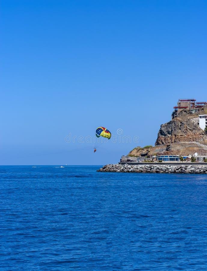 Parasailing w Granie Canaria nad oceanem obrazy stock