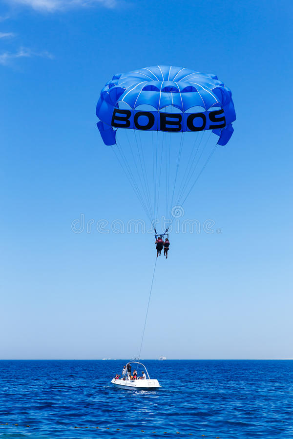 Parasailing w niebieskim niebie blisko morze plaży zdjęcia stock