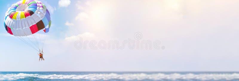 Parasailingswasserunterhaltung - Fliegen auf einem Fallschirm hinter einem Boot an Sommerferien durch das Meer im Erholungsort Ra lizenzfreie stockfotos