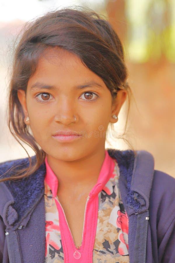 PARASARAMPURA RAJASTHAN, INDIEN - DECEMBER 27, 2017: Stående av en härlig liten flicka royaltyfri fotografi
