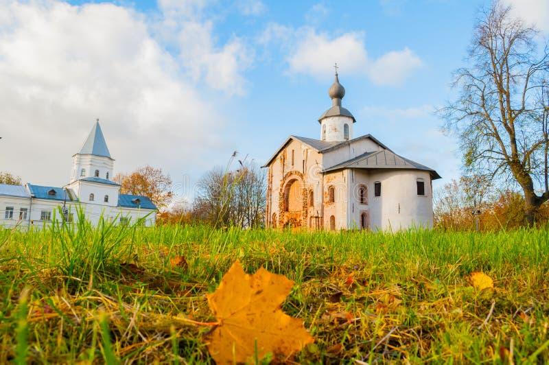 Paraskeva Pyatnitsa Church und Tor ragen bei Yaroslav Courtyard in Veliky Novgorod, Russland, Herbstansicht hoch stockbild