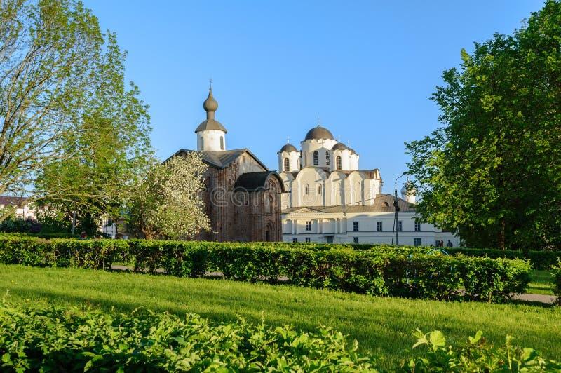 Paraskeva Pyatnitsa kościół i St Nicholas katedra w Veliky Novgorod, Rosja obrazy royalty free