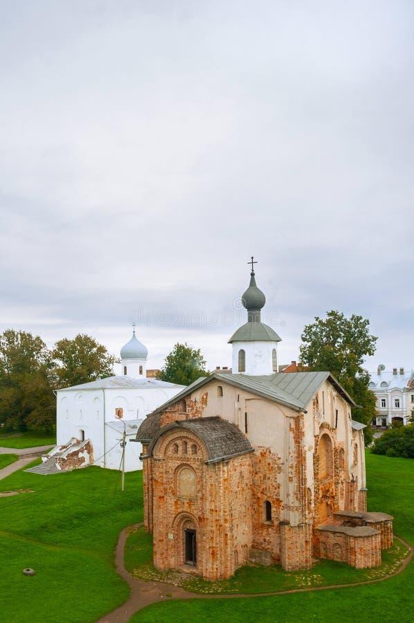 Paraskeva Pyatnitsa und Annahme Churchs bei Yaroslav Courtyard in Veliky Novgorod, Russland - Vogelaugenansicht stockfotografie