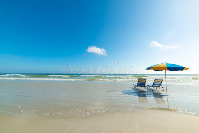 Parasol και παραλιών καρέκλες στην ακτή σε Daytona Beach στοκ εικόνες