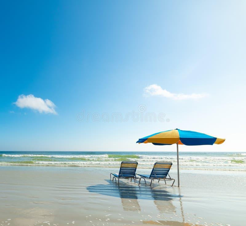 Parasol και παραλιών καρέκλες στην ακτή σε Daytona Beach στοκ φωτογραφία με δικαίωμα ελεύθερης χρήσης