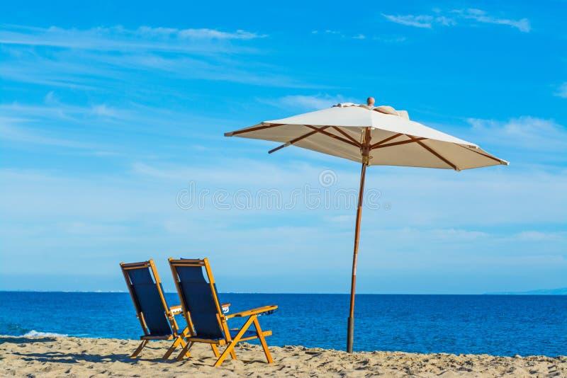 Parasol και παραλιών καρέκλες σε Malibu στοκ εικόνες
