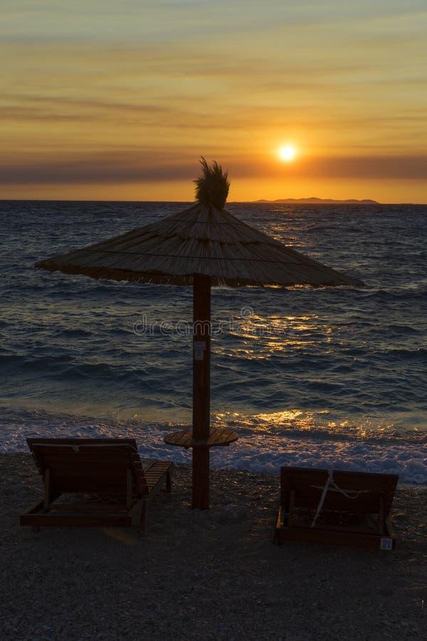 Parasol στην αδριατική θάλασσα σε Primosten Κροατία στοκ εικόνες