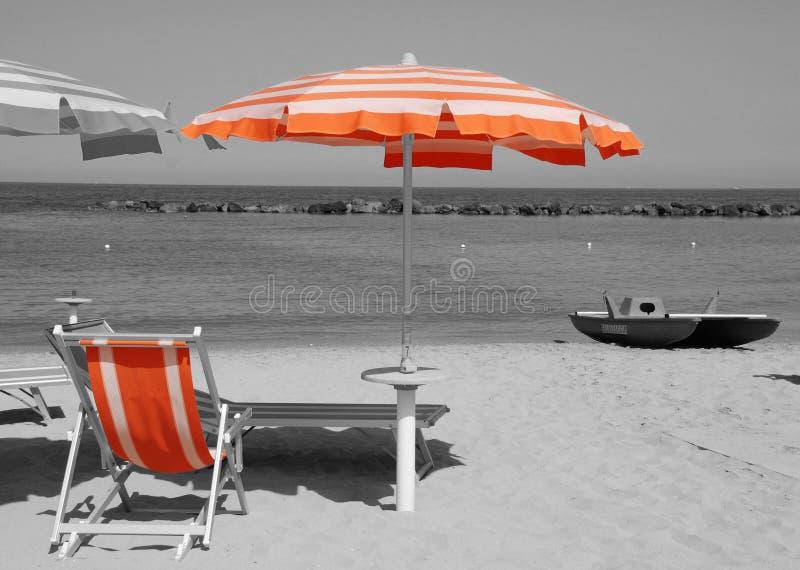 Parasol de playa anaranjado fotografía de archivo