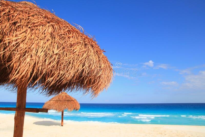 Parasol de playa de la azotea del sol de Palapa en el Caribe imagenes de archivo