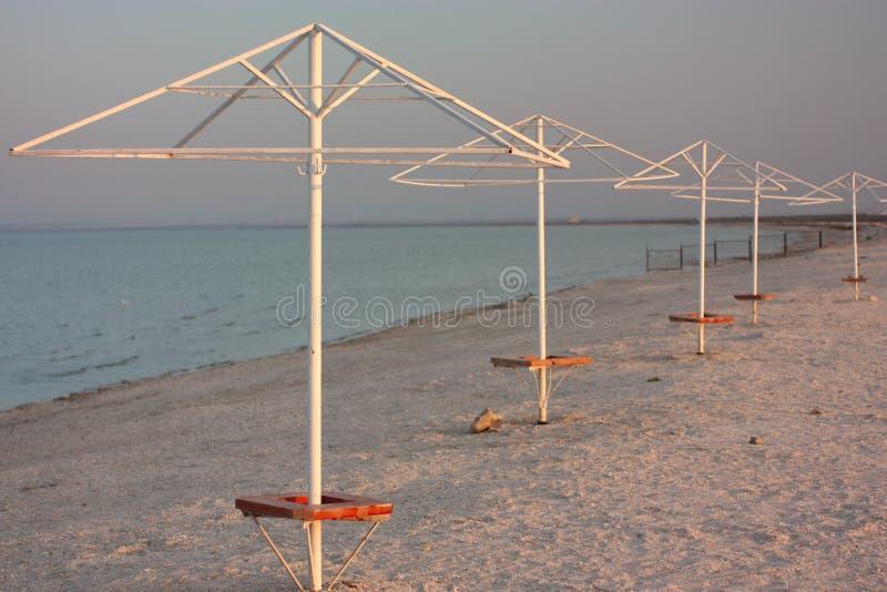 Parasol de playa en Sandy Beach Cielo Fondo imagenes de archivo
