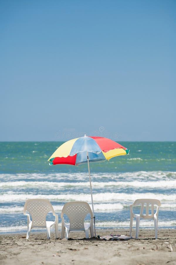 Parasol de playa y sillas fotografía de archivo