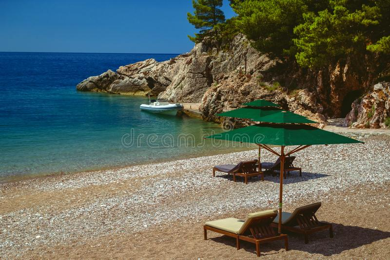 Parasol e uma praia bonita no mar de adriático montenegro foto de stock