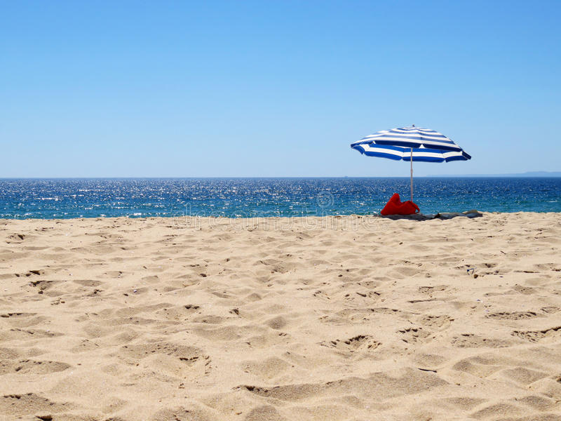 Parasol em uma praia abandonada imagens de stock royalty free