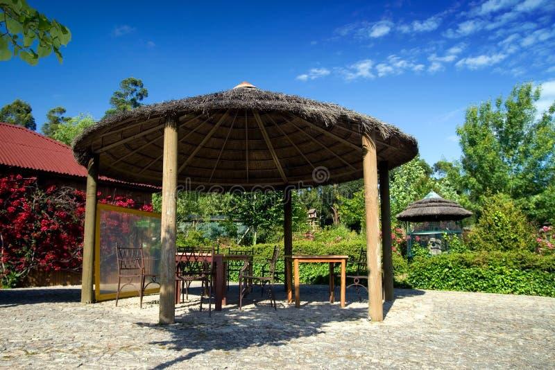 Parasol en bois sur un jardin de ressource images libres de droits