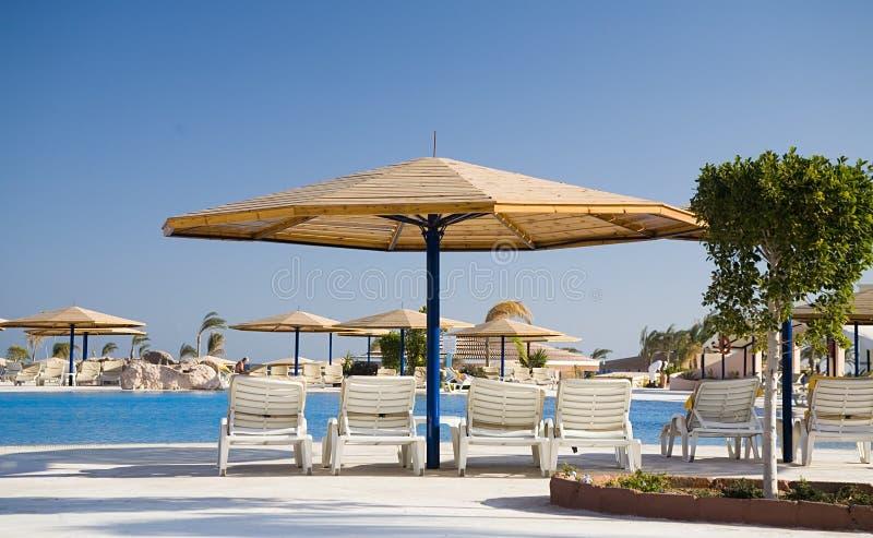 Parasol en chaise -chaise-longue in hotel royalty-vrije stock foto's