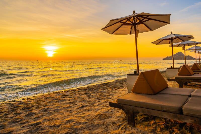 Parasol i krzesło z poduszką wokoło pięknego krajobrazu plaża i morze fotografia royalty free