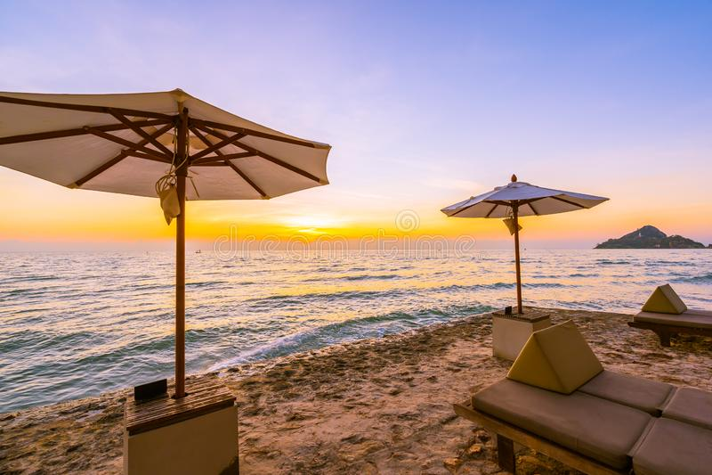 Parasol i krzesło z poduszką wokoło pięknego krajobrazu plaża i morze obrazy stock