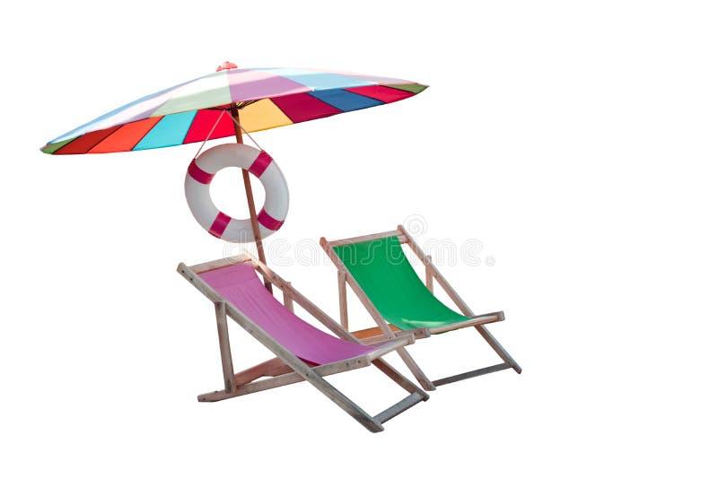 Parasol i par krzeseł drewniana plaża odizolowywaliśmy biel obrazy stock