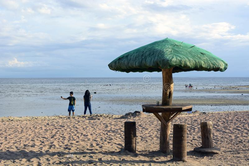 Download Parasol Na Praia Branca Da Areia Imagem de Stock Editorial - Imagem de relaxe, areia: 107529134