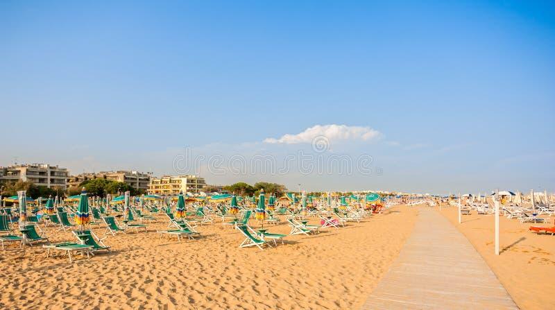 Parasol plaża dla relaksować i słońce setu plaży obrazy stock