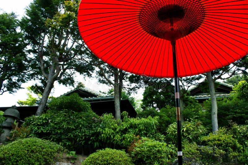 Parasol rouge dans le jardin japonais image stock image for Portent un parasol dans les jardins