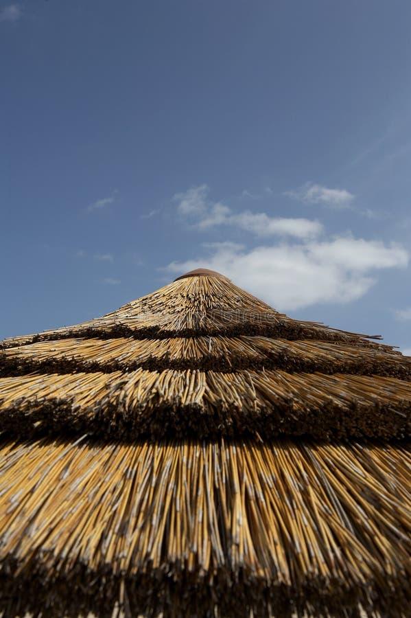 parasol słomy na szczyt zdjęcie royalty free