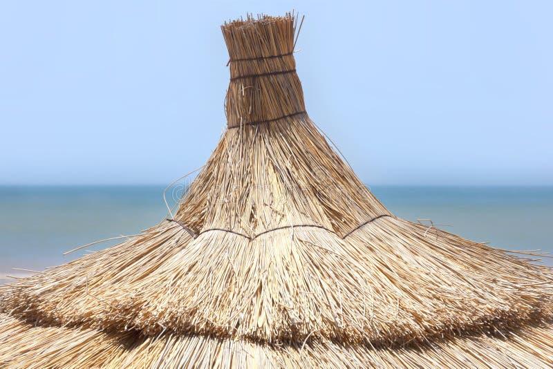 Parasol tradicional en la playa en Essaouira. fotos de archivo libres de regalías