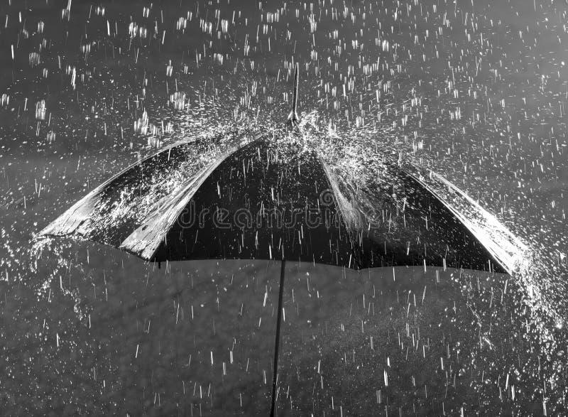 Parasol w ulewnym deszczu