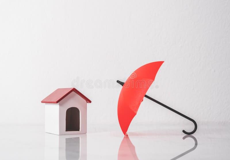 Parasola i zabawki dom dla gacenia twój domu i własności conce fotografia stock