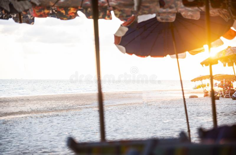 Parasola zmierzch na morzu z pogodnym i plaża zdjęcie stock